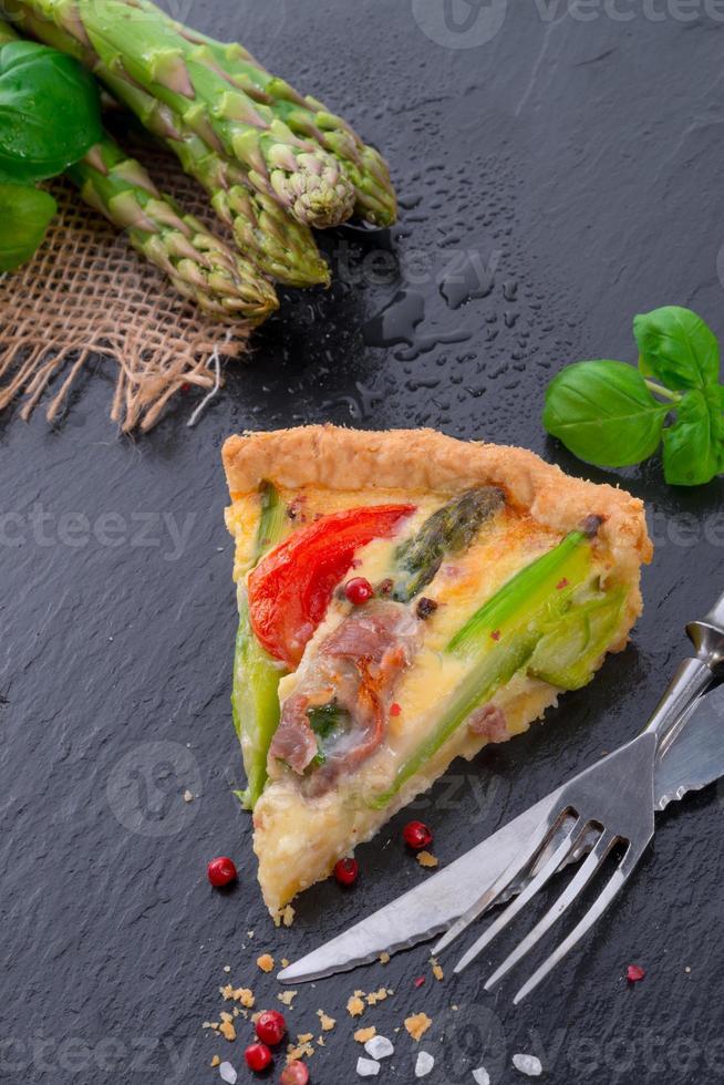 tarte aux asperges vertes aux oeufs et tomate photo