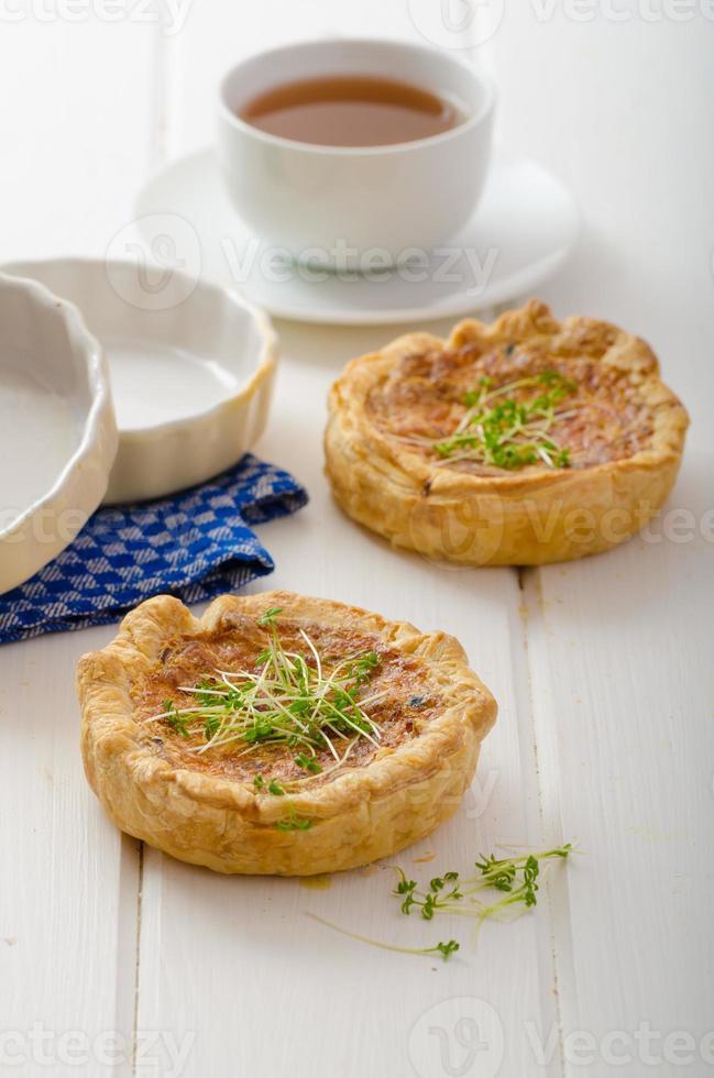 mini quiche aux oignons avec bacon et maïs photo