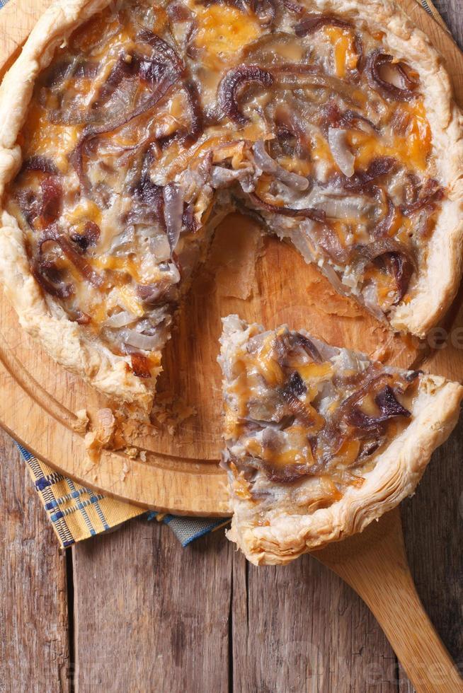 tarte aux oignons en tranches avec vue de dessus verticale de fromage photo