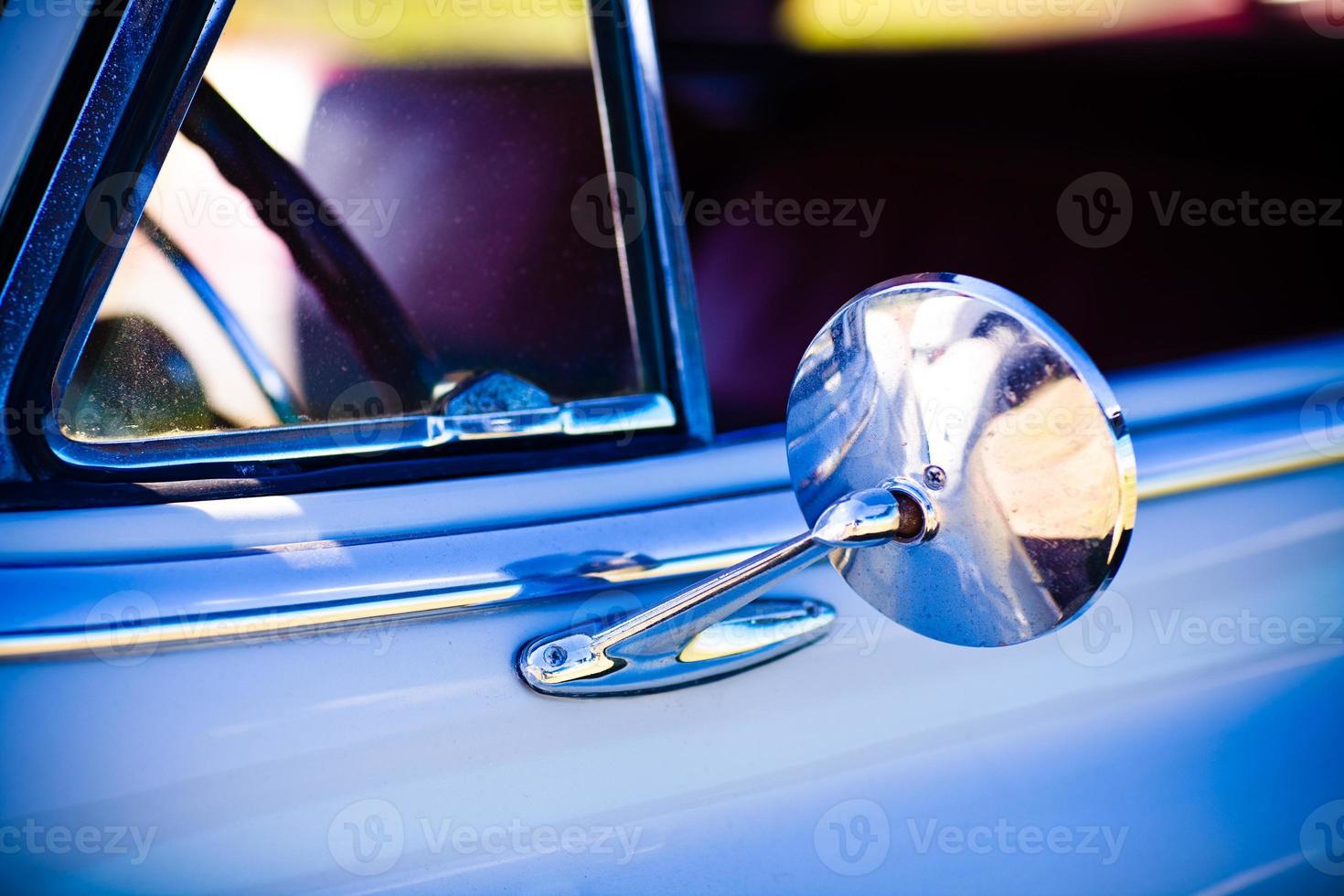 Vue rapprochée du miroir latéral automobile vintage des années 1950 photo