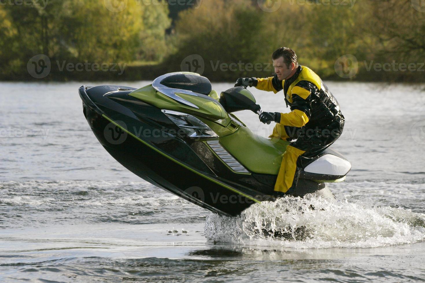 jet ski vélo humide sautant hors de l'eau photo
