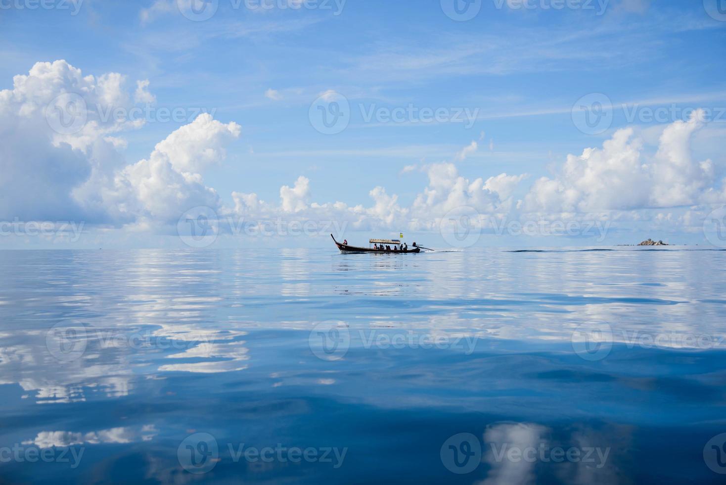 bateau à longue queue sur la mer photo
