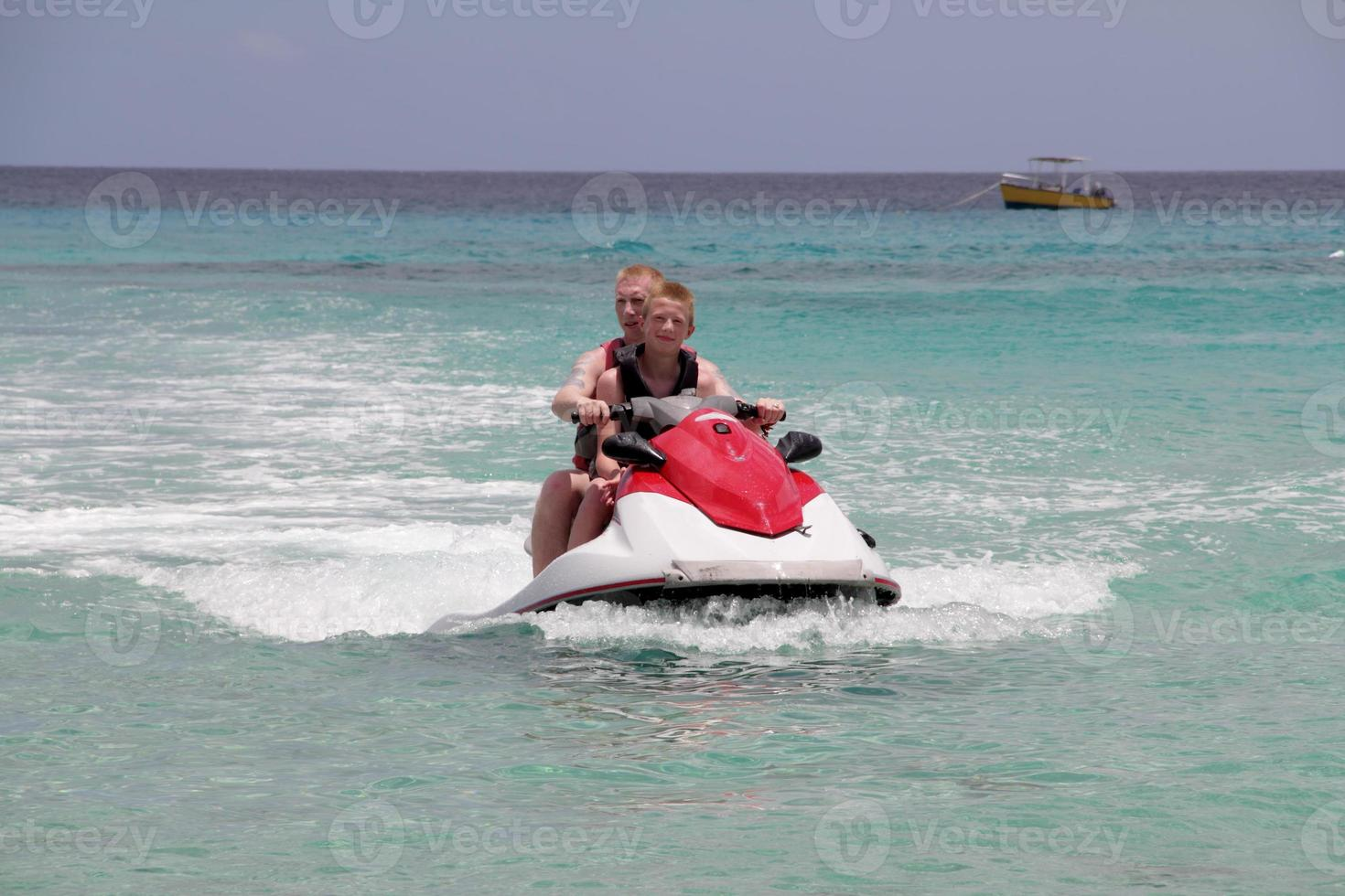 homme avec garçon sur jet ski photo
