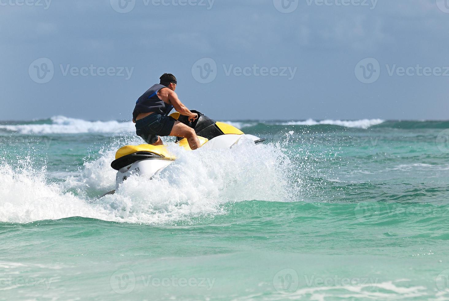 l'homme conduit sur le jetski photo