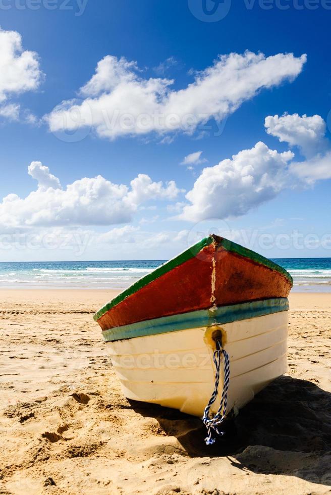 bateau de pêche sur la plage photo