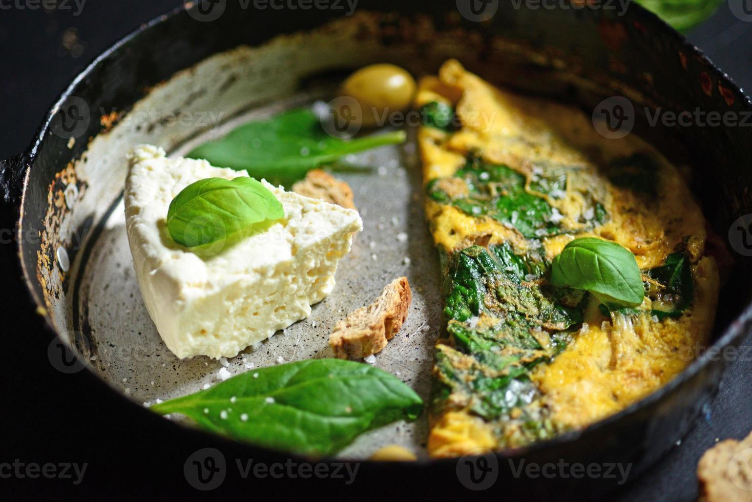 Fromage blanc frais avec des œufs brouillés et des épinards closeup photo