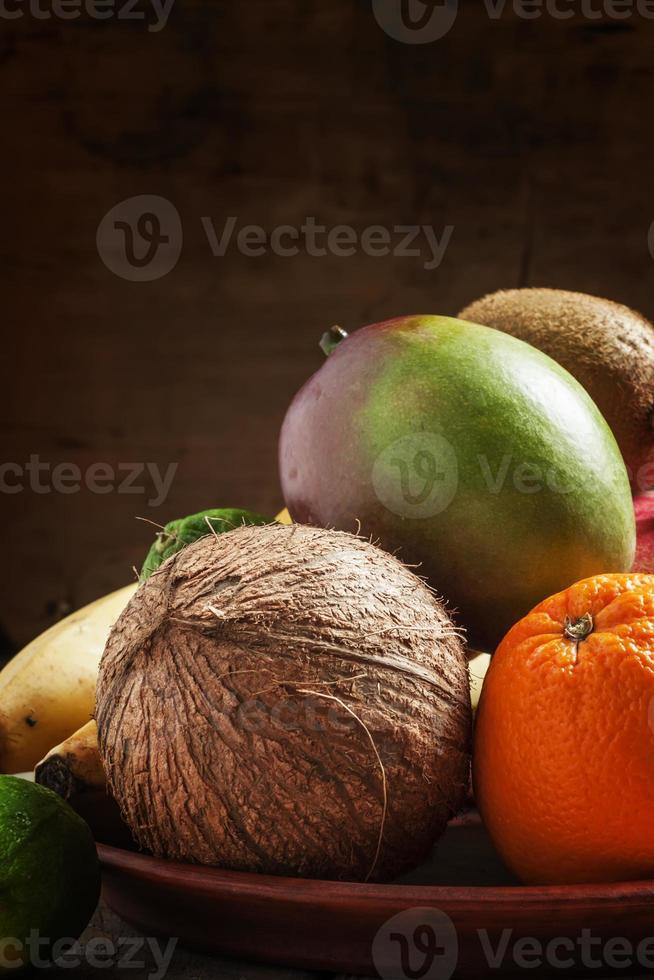 fruits tropicaux: noix de coco, kiwi, citron vert, orange, mangue et autres photo