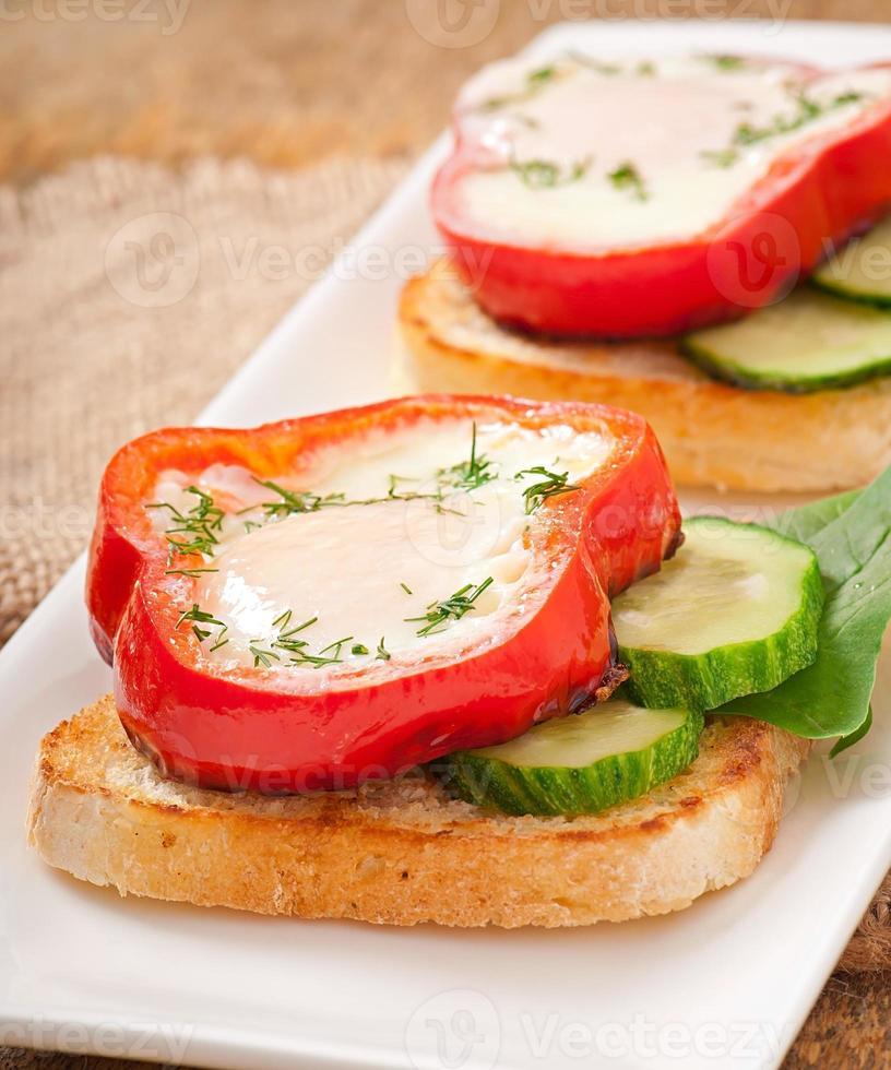 brouillés au poivron sur des toasts aux légumes verts photo