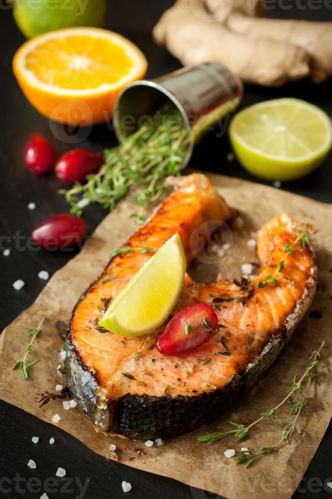 saumon grillé au citron vert, au thym et à l'orange photo