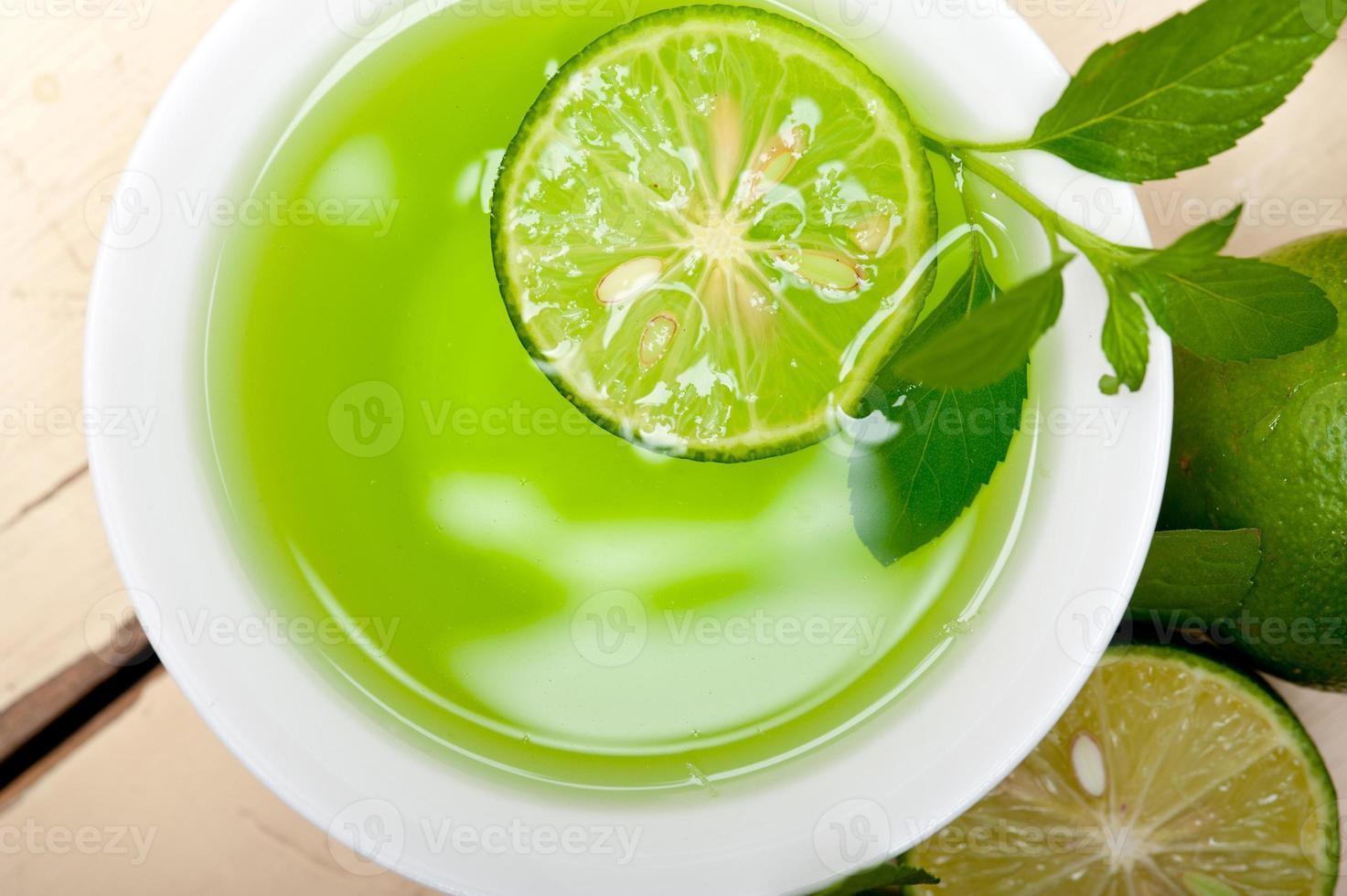infusion de menthe tisane au citron vert photo