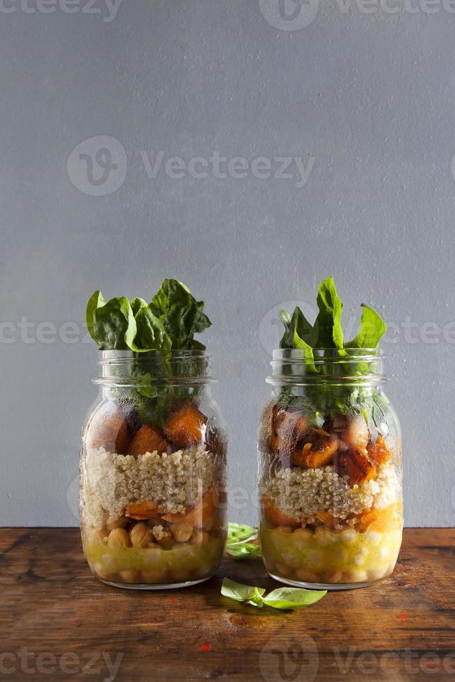 salade chaude de citrouille rôtie, pois chiches, carottes, quinoa et photo