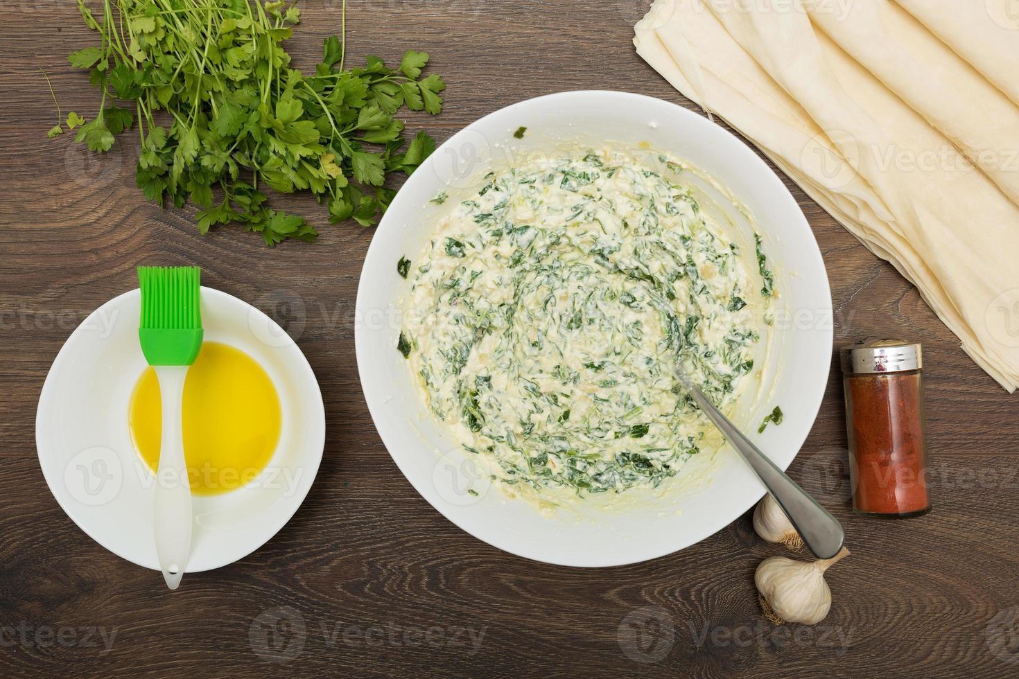 cuisson de la feta grecque et des épinards photo