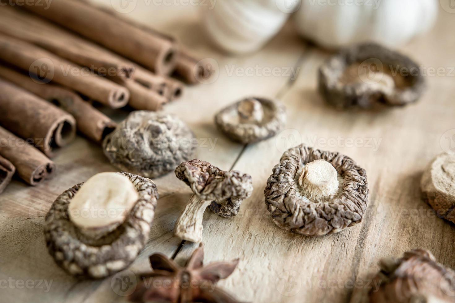 Les champignons shiitake séchés sur une vieille table en bois photo