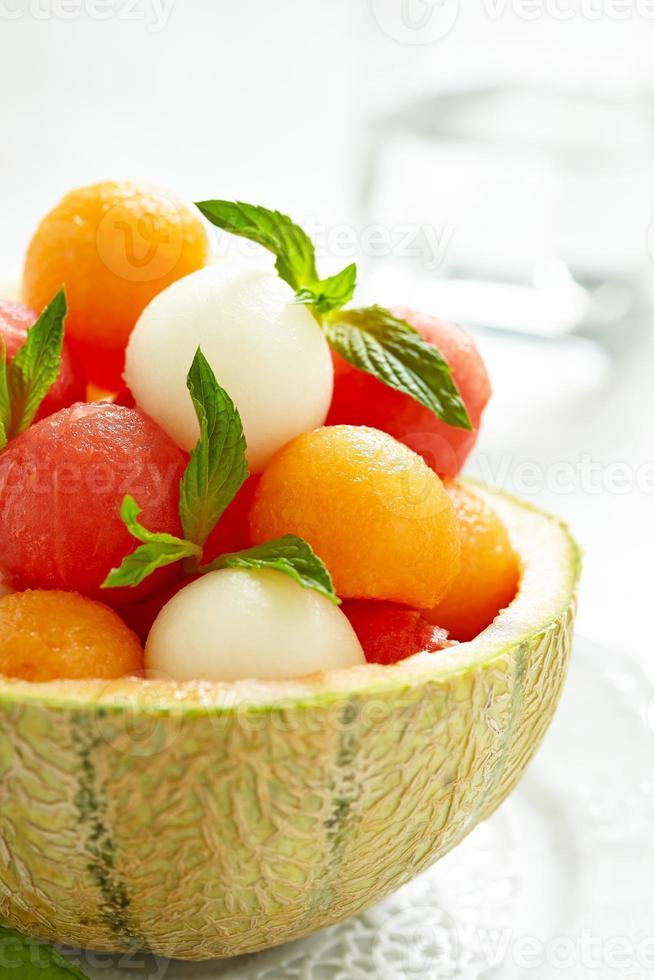 salade de fruits avec pastèque et boules de melon photo