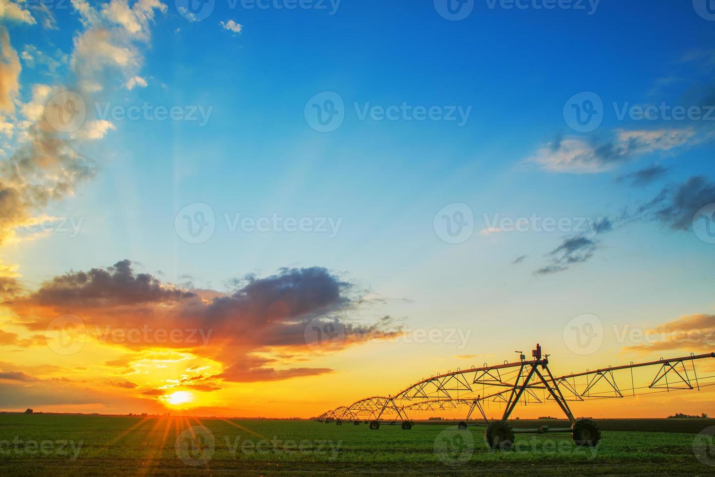 Système d'irrigation agricole automatisé au coucher du soleil photo