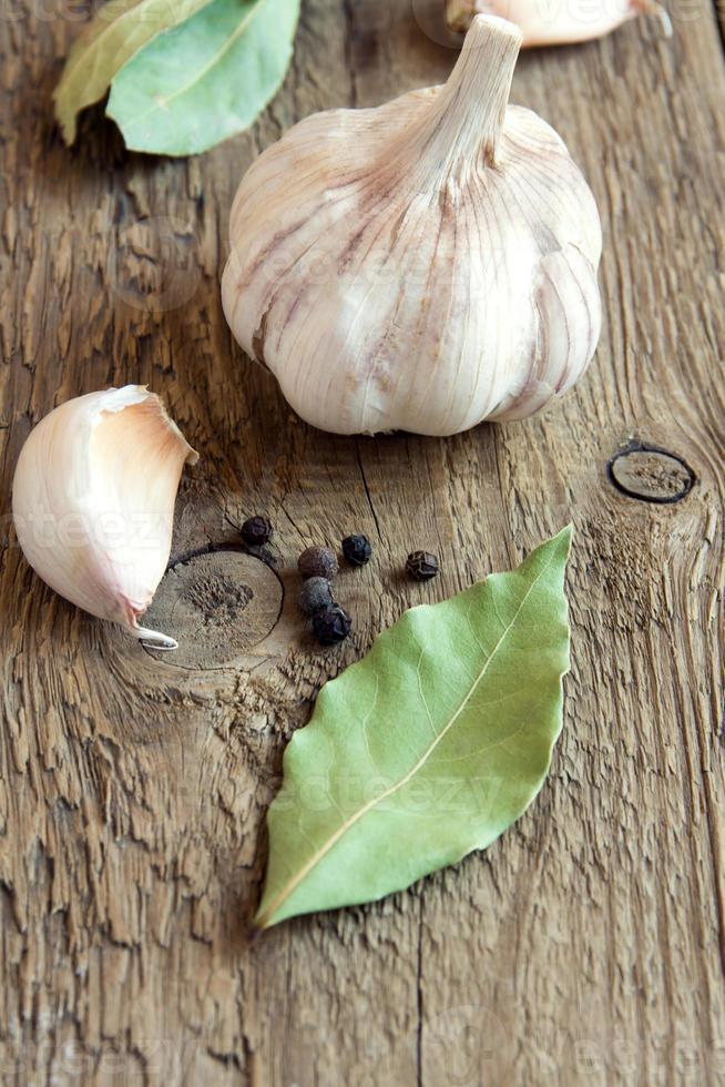 ail, feuilles de laurier et poivrons, épices photo
