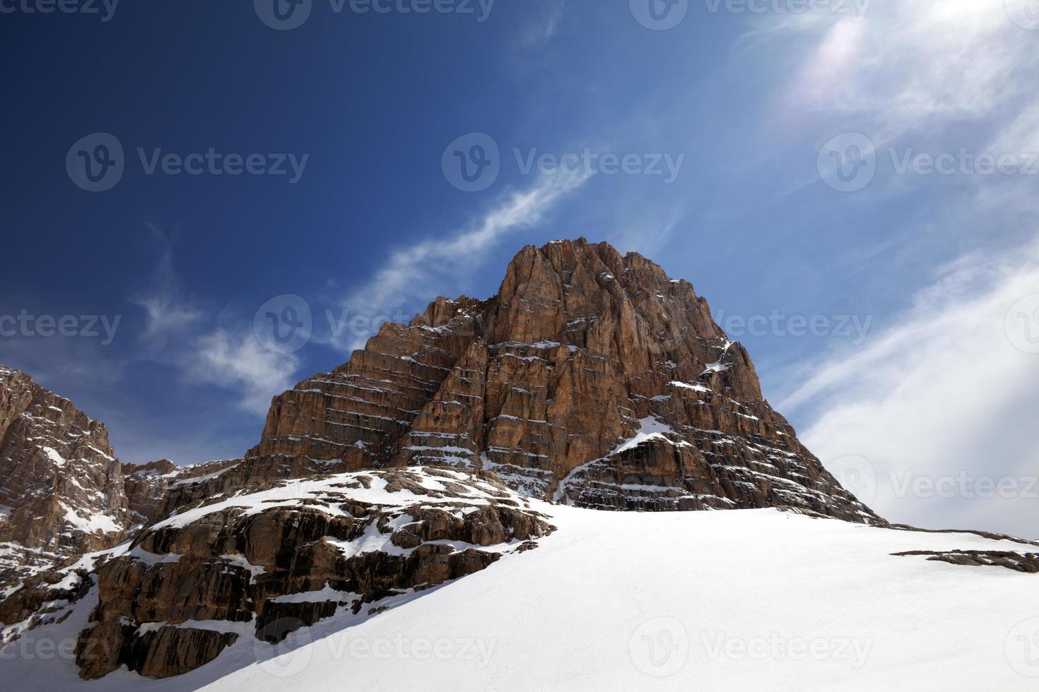 rochers enneigés au beau jour photo