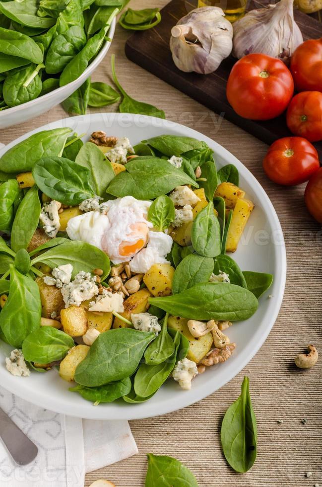 salade d'épinards à l'oeuf bénédictine photo