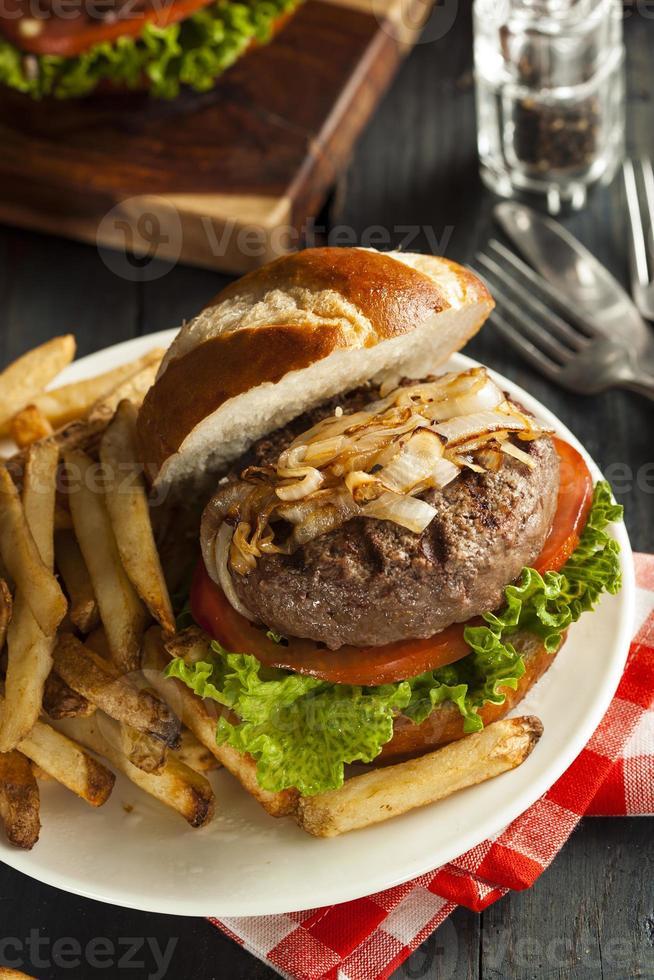 hamburger gastronomique avec laitue et tomate photo