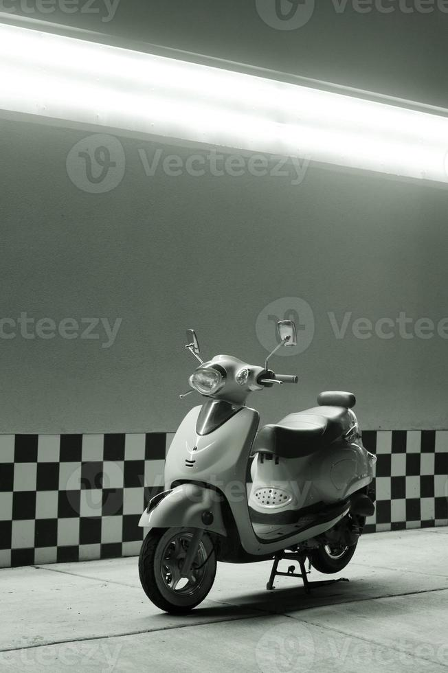 scooter rétro sous néon photo