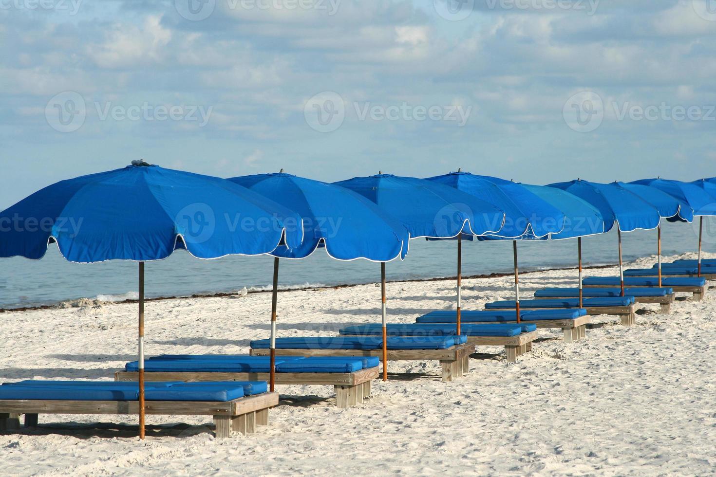 chaises de plage bleues photo