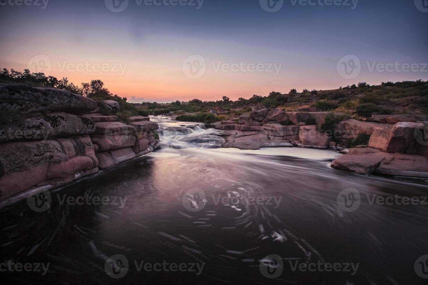 rivière agitée avec des rapides photo