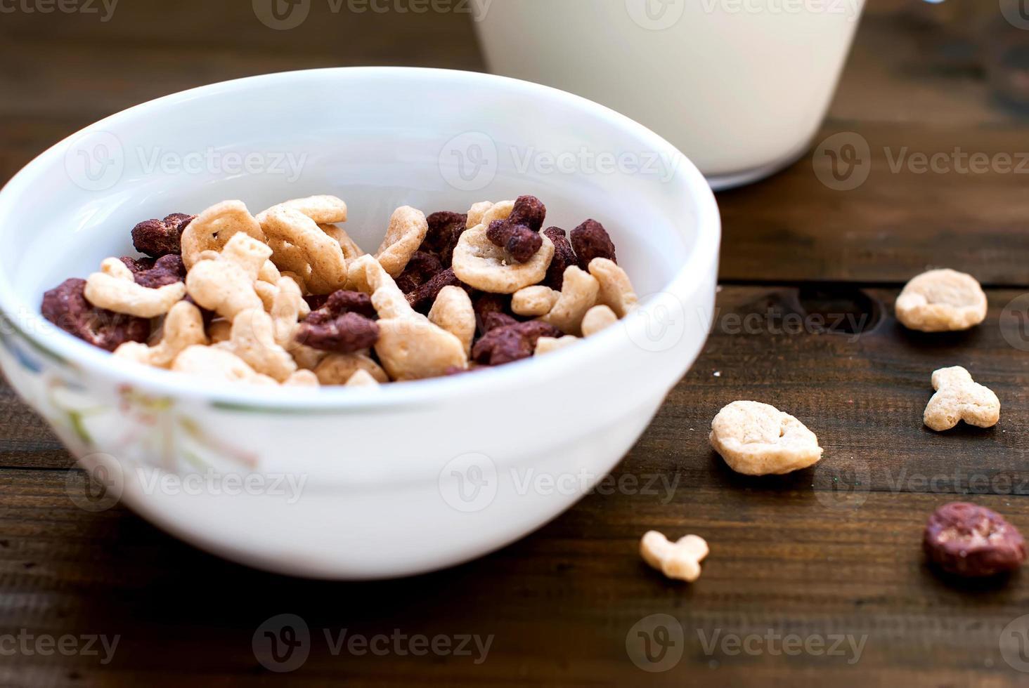 flocons de crânes et d'os avec du lait pour le petit déjeuner photo