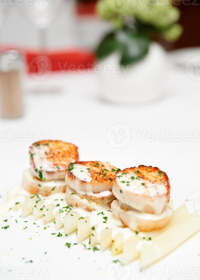 pétoncles frits avec asperges blanches et sauce à la crème photo