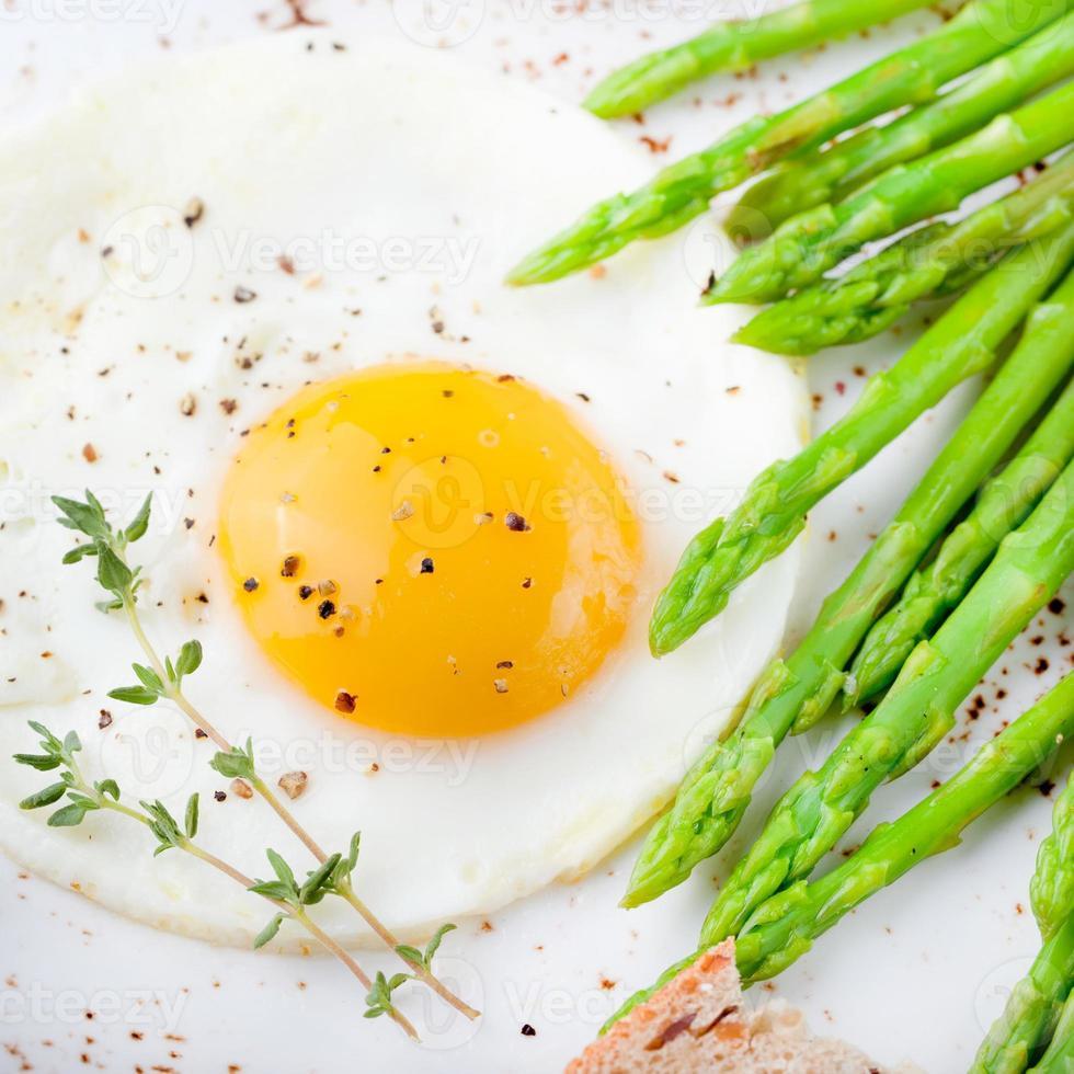 asperges vertes, œuf au plat et pain au beurre. photo