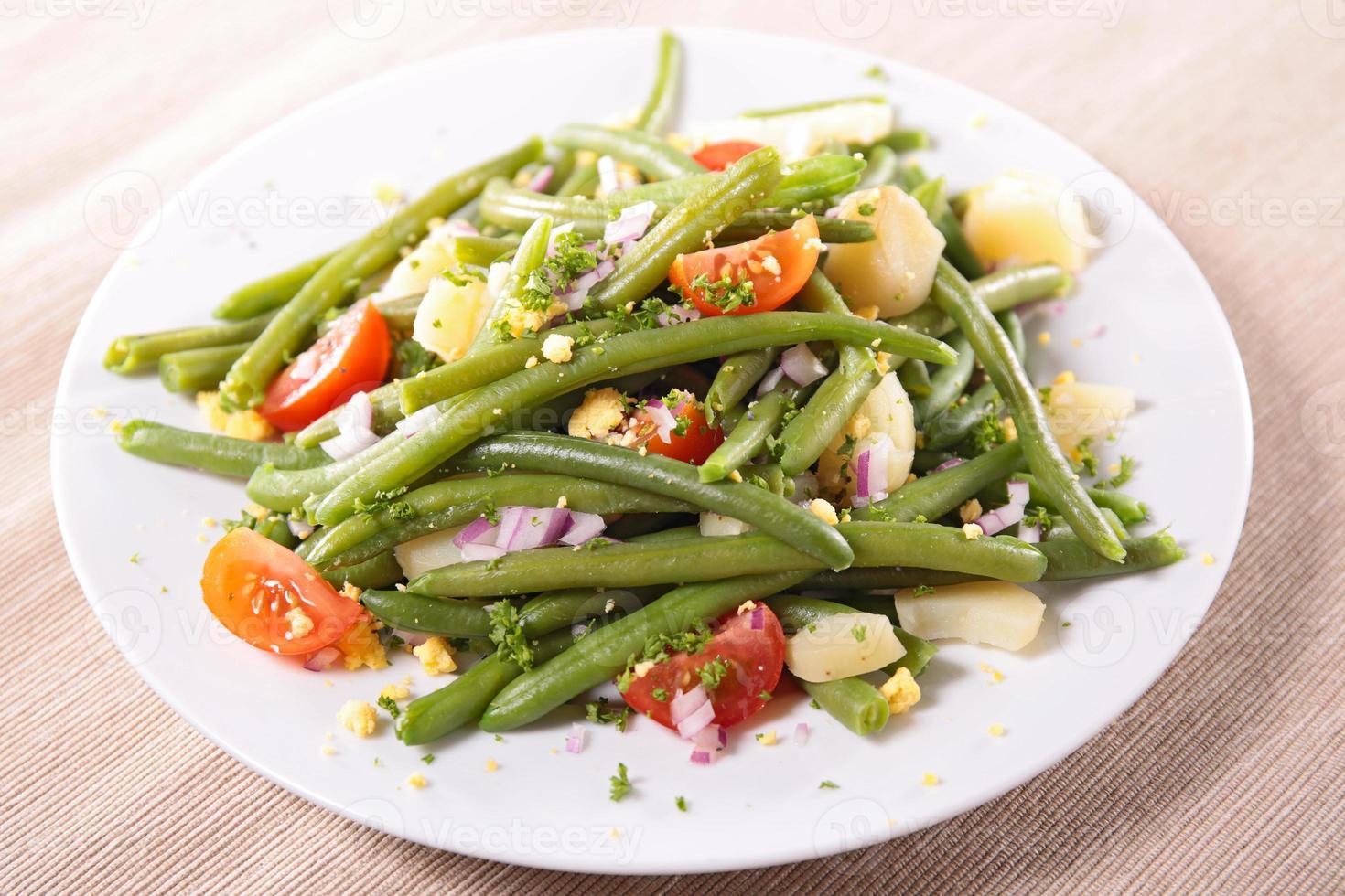 salade de haricots verts à la tomate et aux œufs photo
