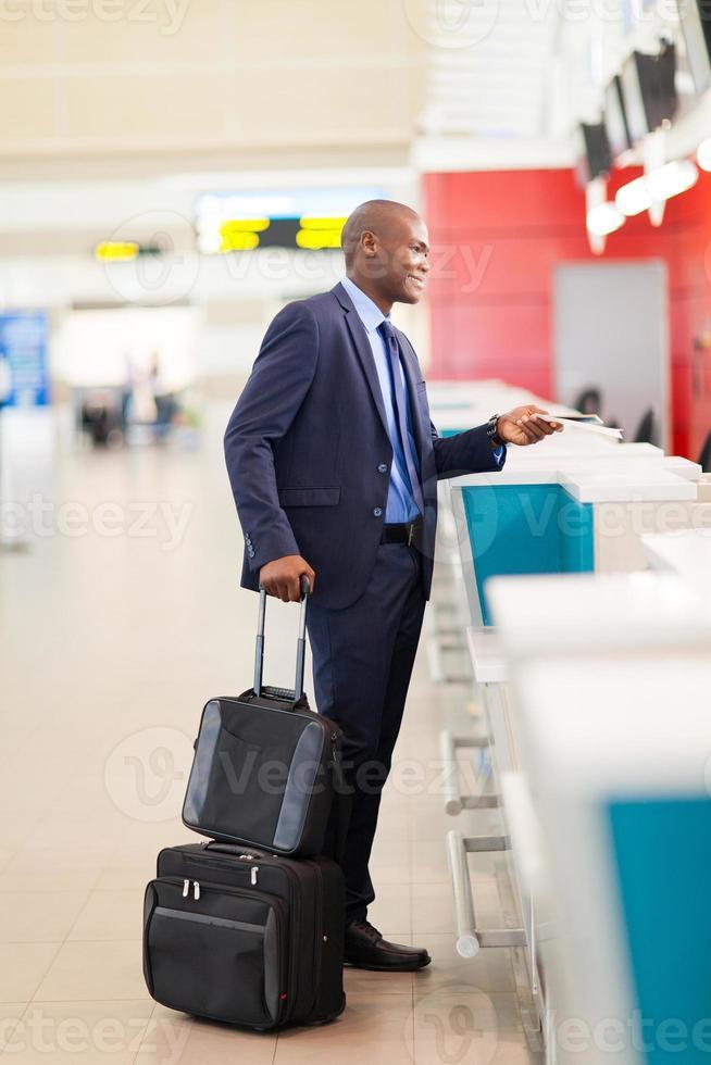 homme affaires africain, par, aéroport, vérification, compteur photo
