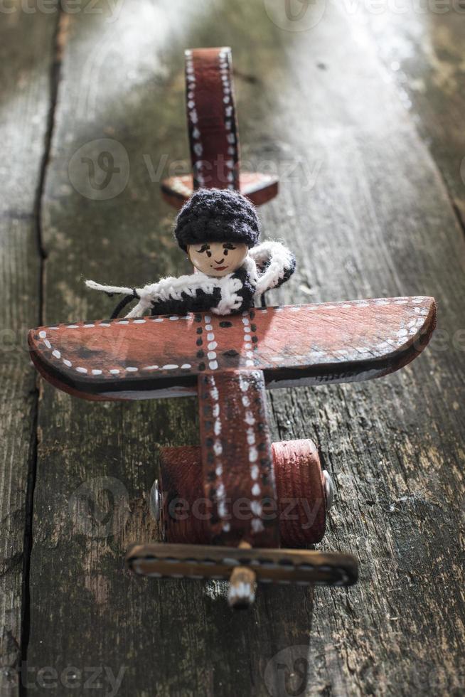 avion en bois vintage sur planche de bois photo