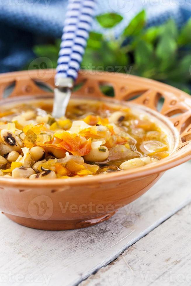 soupe épaisse aux haricots et légumes photo
