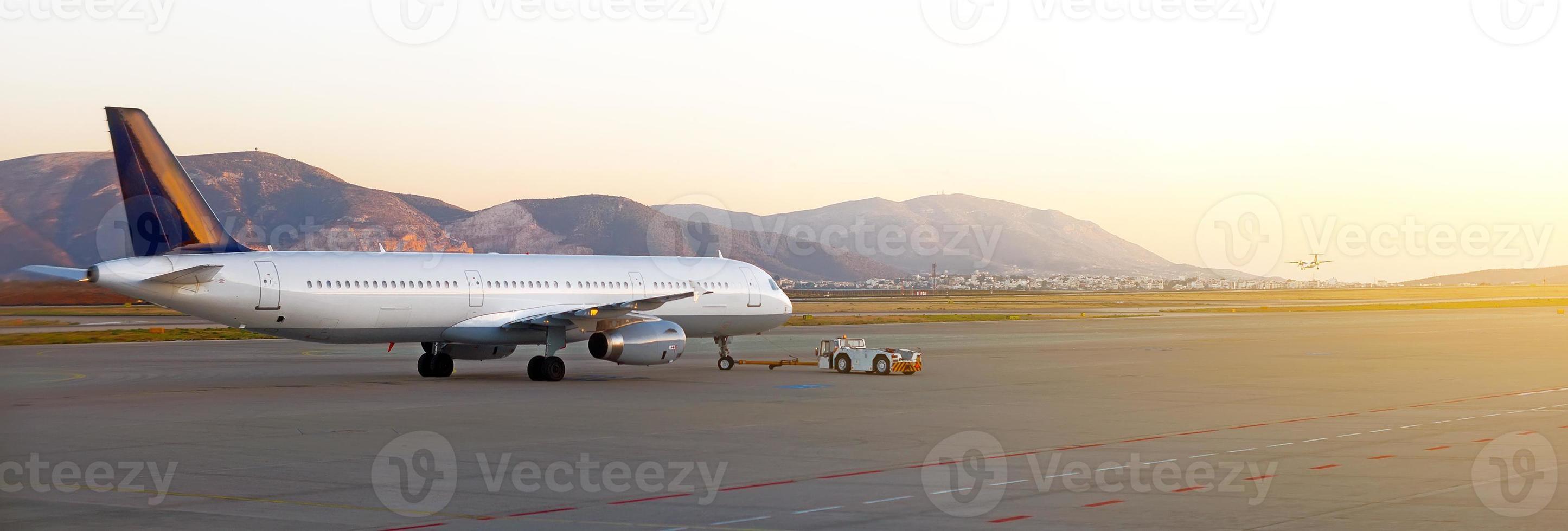 tracteur pushback remorqueur avec des avions sur la piste de l'aéroport. photo