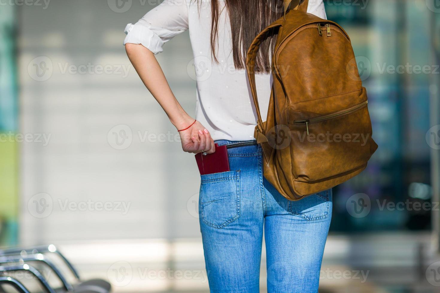 femme heureuse avec billet d'avion à l'aéroport en attente de vol photo
