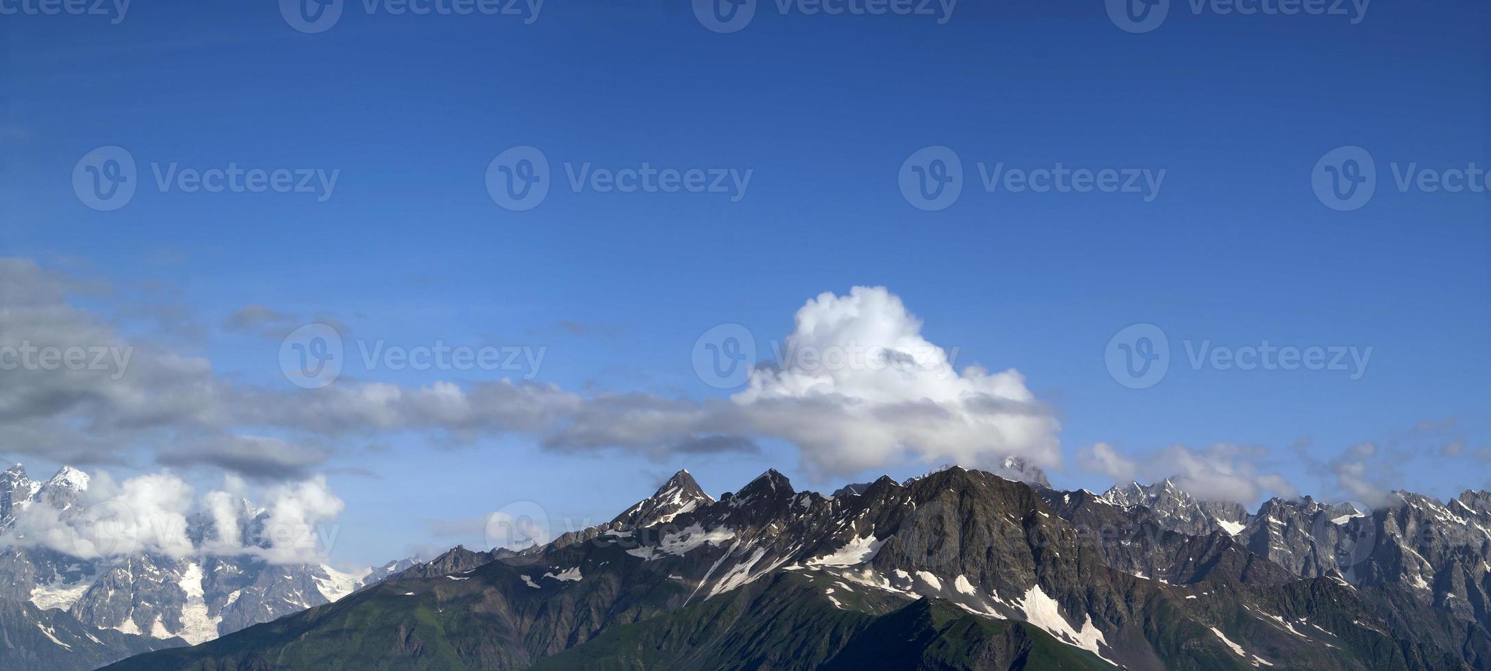 panorama été montagne. montagnes du Caucase. Géorgie photo