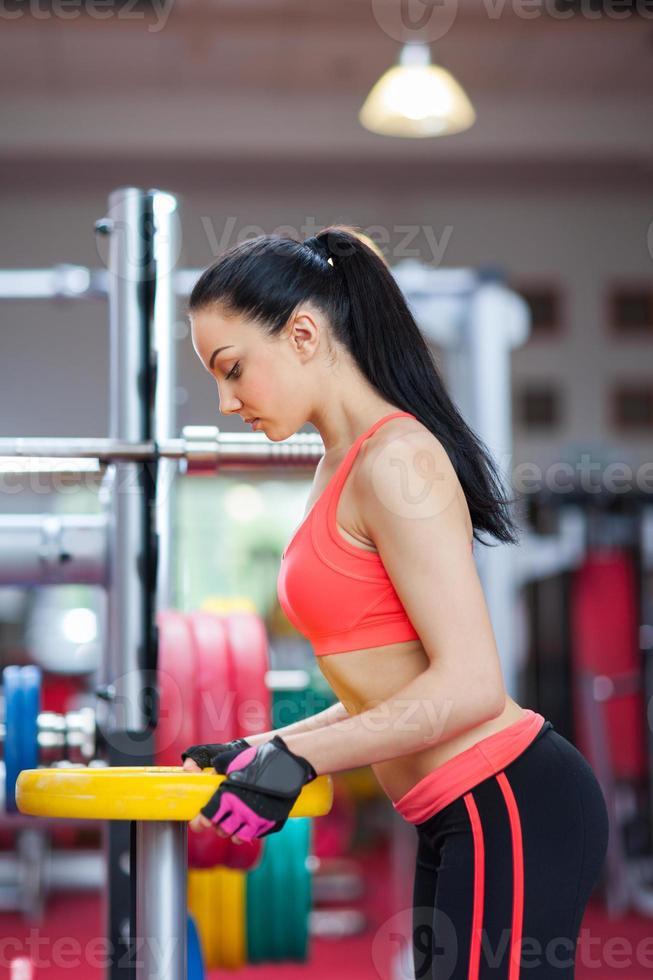 sport femme exerçant gym, centre de fitness photo