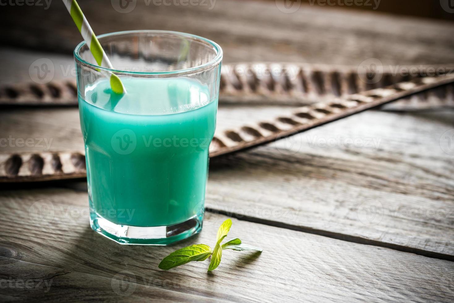 verre de curaçao bleu et cocktail de jus photo