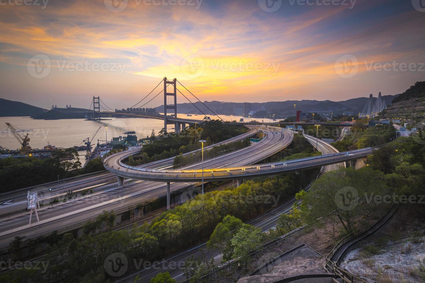 paysage au lever du soleil avec pont photo
