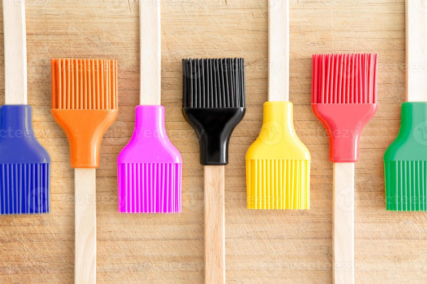rangée de brosses de cuisine avec des poils colorés photo