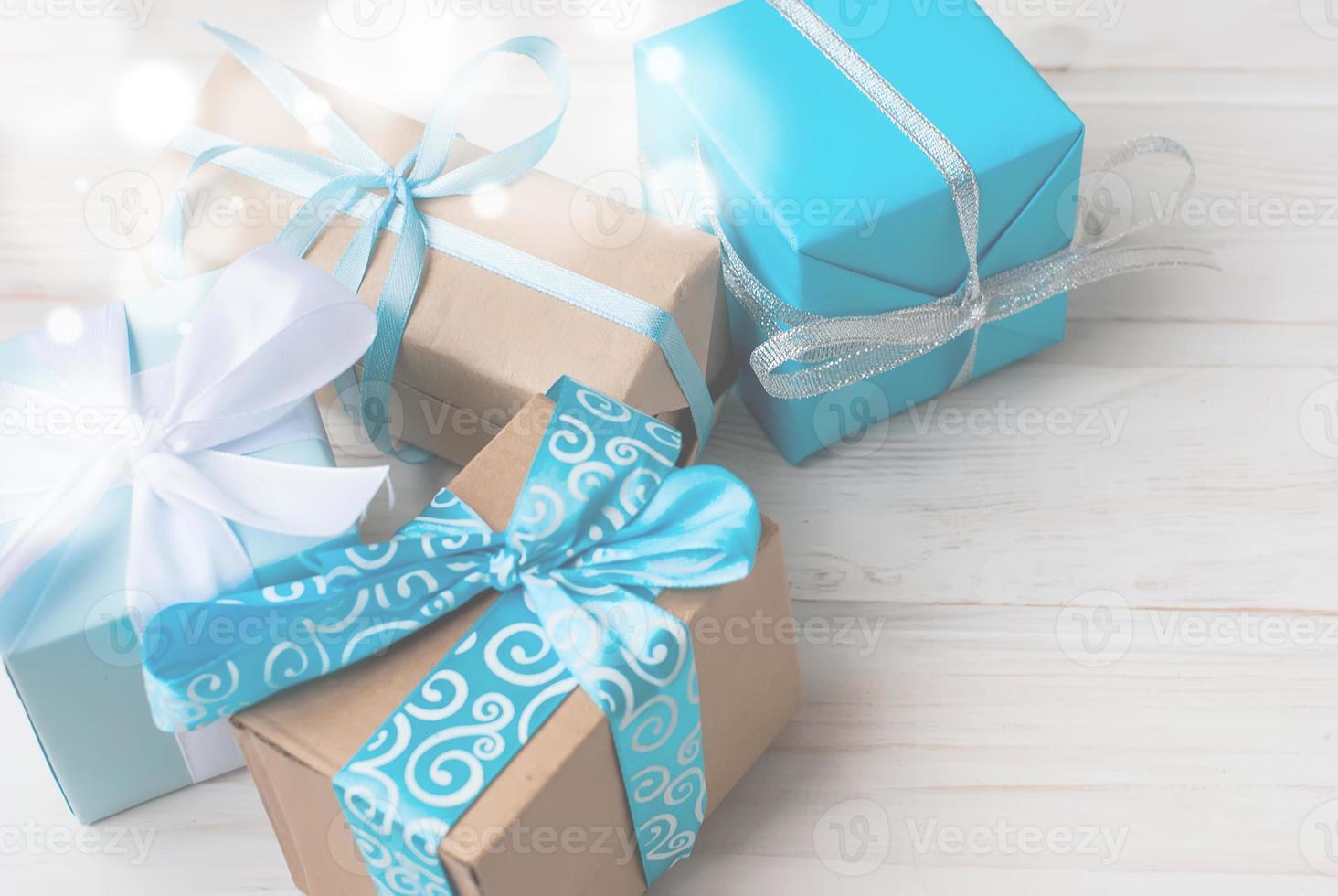 boîtes à cadeaux décorées de rubans sur arr.plans en bois photo