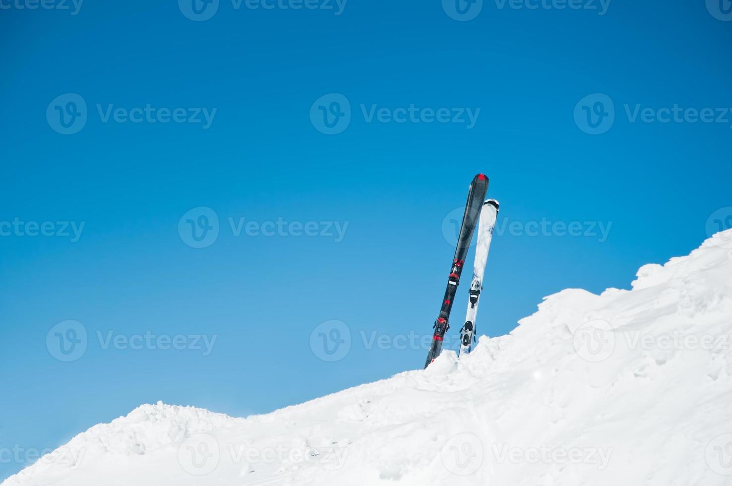 image de skis sur pente, sur la station d'hiver photo