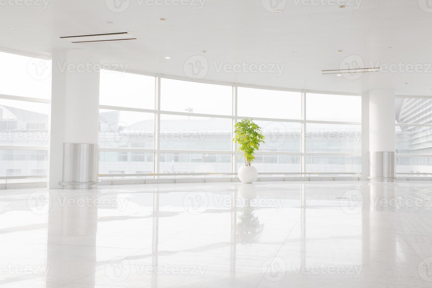 grande fenêtre sur bureau blanc photo