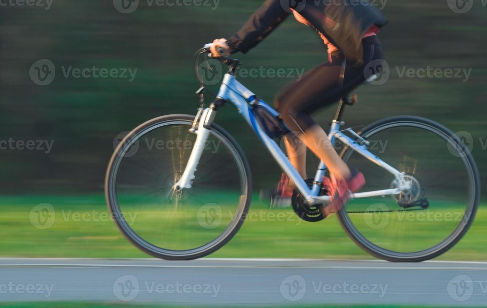 cyclisme femme - mouvement flou photo