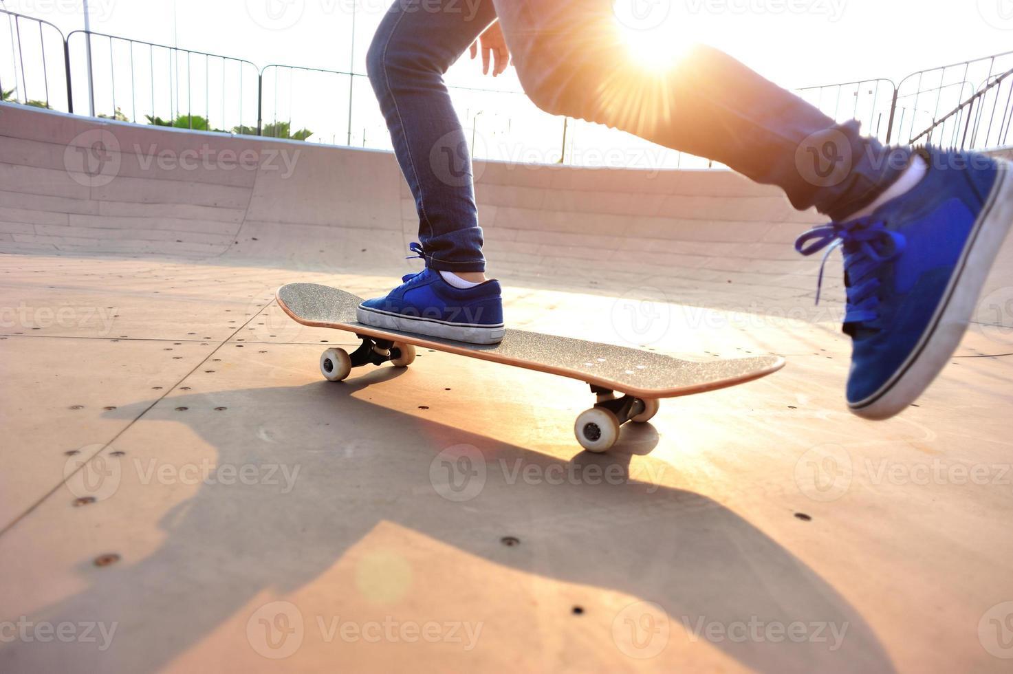 skateboarder chez skatepark photo