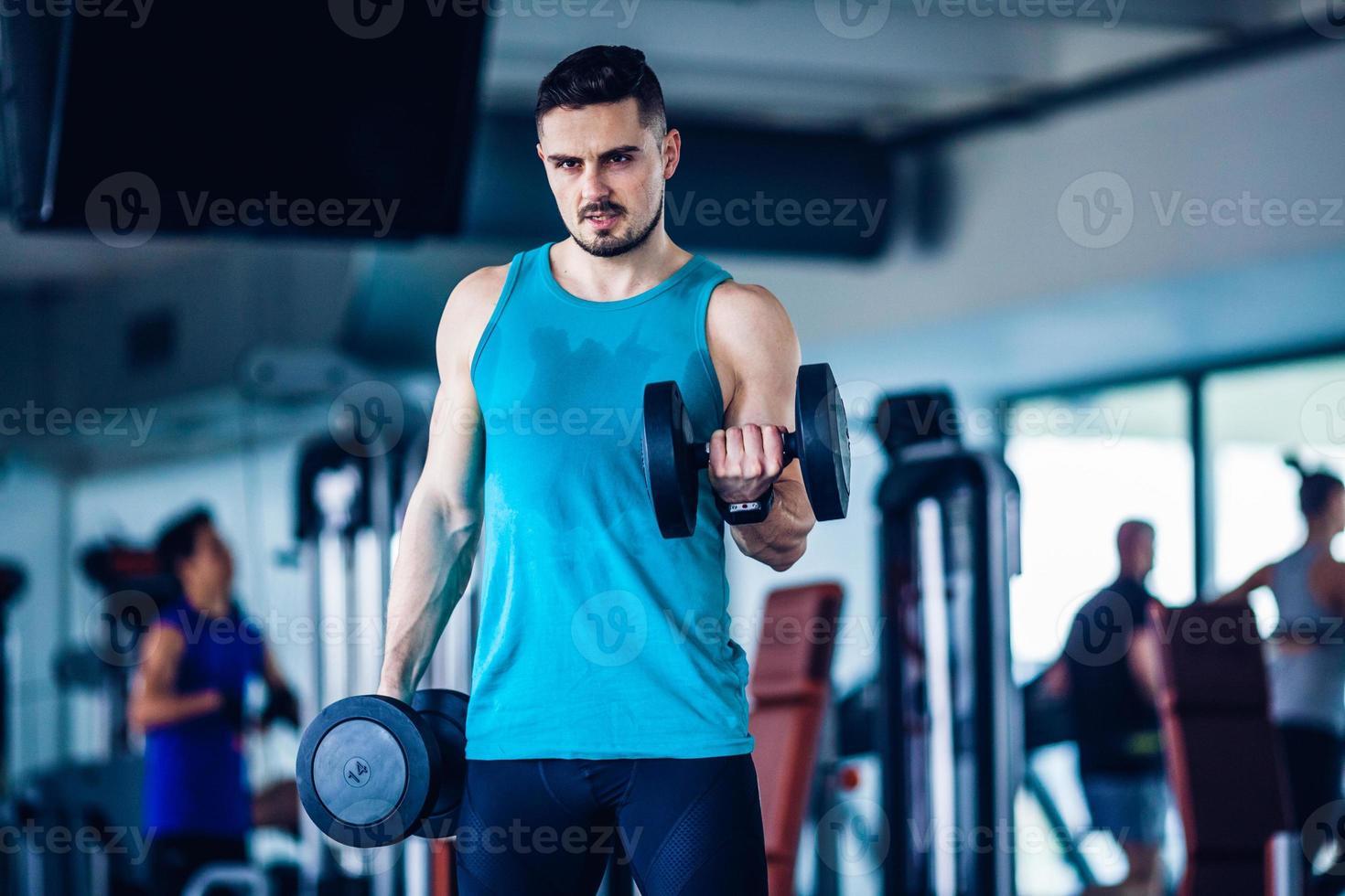 instructeur de gym au gymnase faire de l'exercice photo