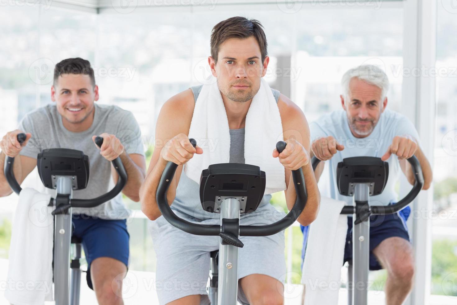 homme avec des amis sur des vélos d'exercice photo