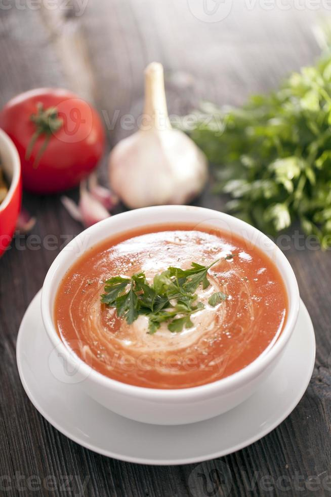 délicieuse soupe aux tomates aux épices aromatiques photo