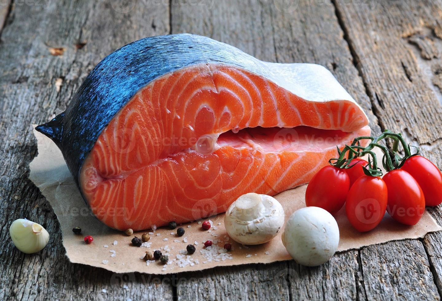 steak de saumon cru avec tomate cerise, champignon, oignons, aneth, ail photo