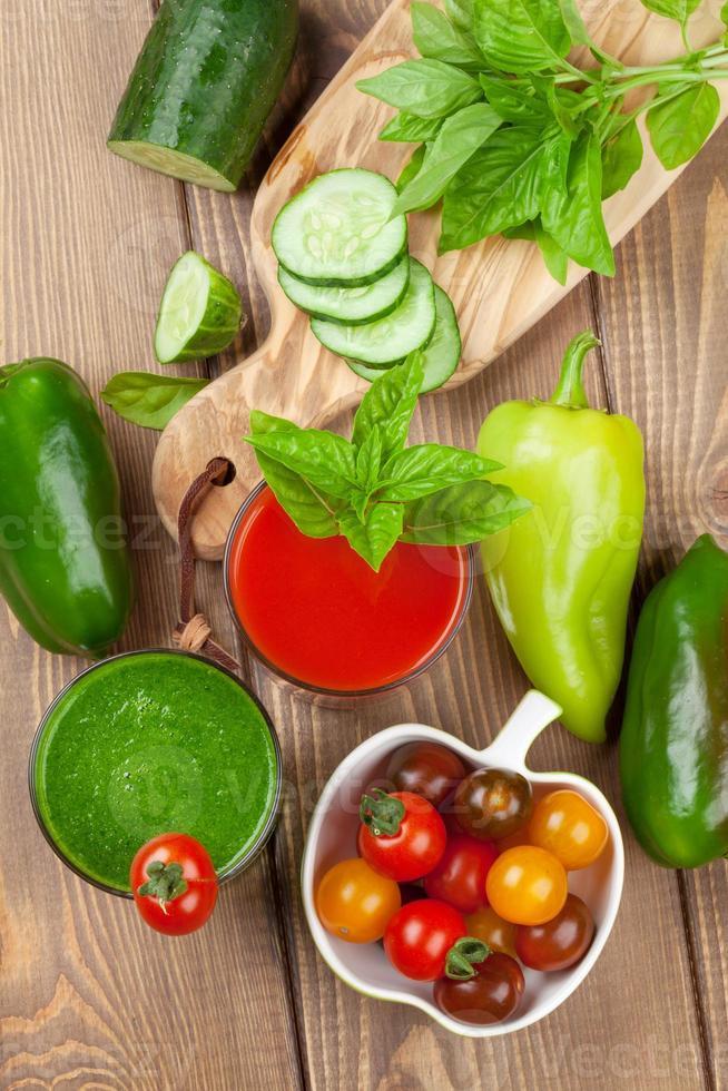 smoothie aux légumes frais. tomate et concombre photo